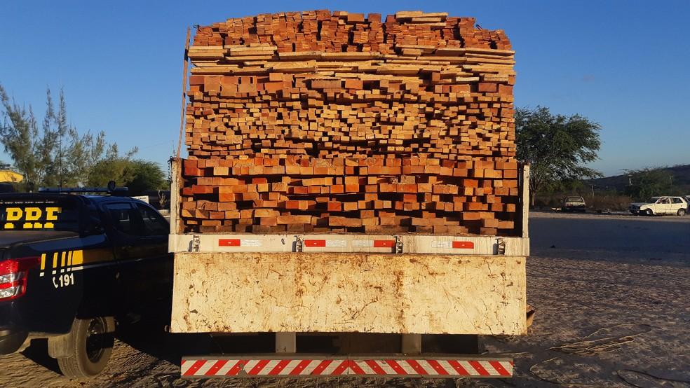 Em Sertânia, caminhão carregado com madeira sem documentação fiscal e ambiental é retido