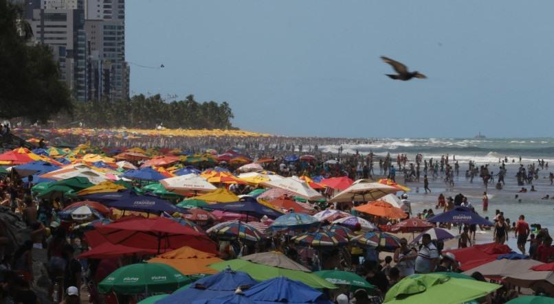 Expectativa é que casos voltem a aumentar a após praias lotadas no feriadão em Pernambuco