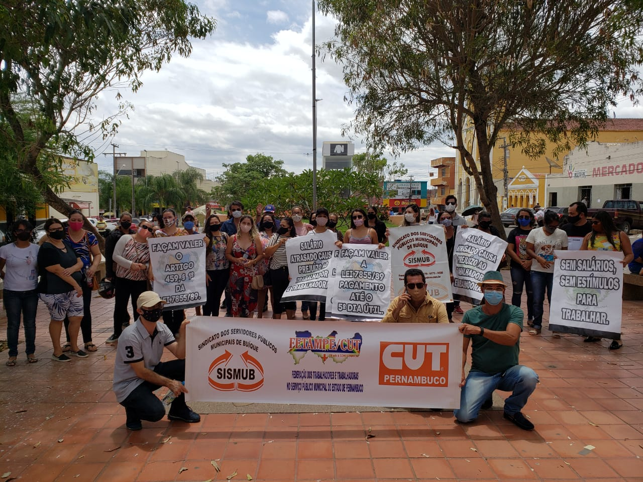 Servidores municipais de Buíque realizam protesto cobrando o pagamento atrasado do salário