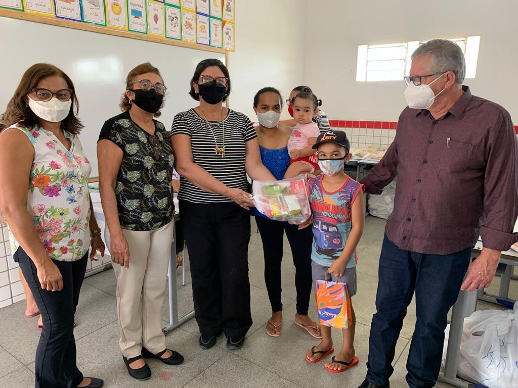 Prefeitura de Sertânia entrega kits escolares para alunos da rede municipal de ensino