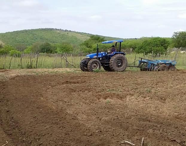 Comunidades rurais de Sertânia são beneficiadas com aração de terra