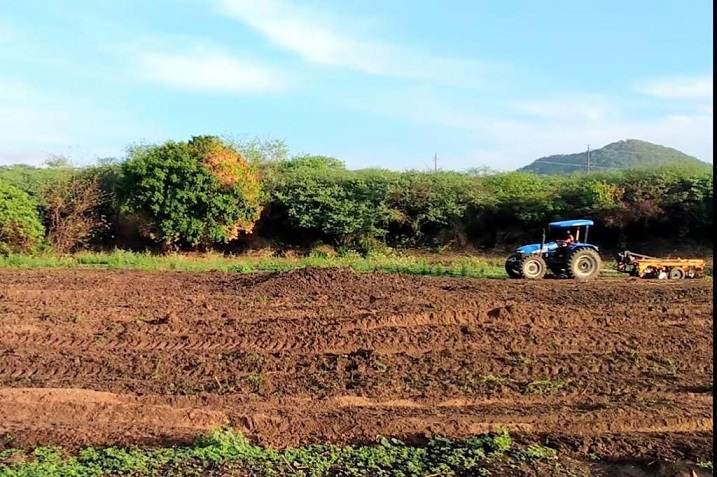 Prefeitura de Sertânia conclui aração de terra na região quilombola do Severo