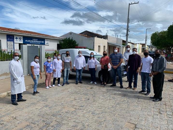 Prefeito de Sertânia entrega ambulância em Albuquerque Né
