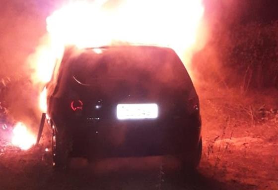 Veículo que havia sido roubado é localizado em chamas em Sertânia