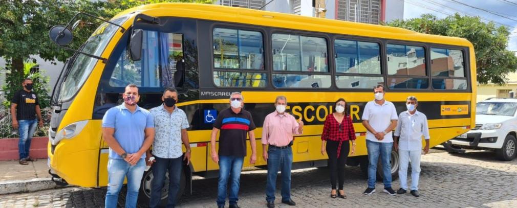 Prefeitura de Sertânia recebe novo ônibus para reforçar a frota escolar