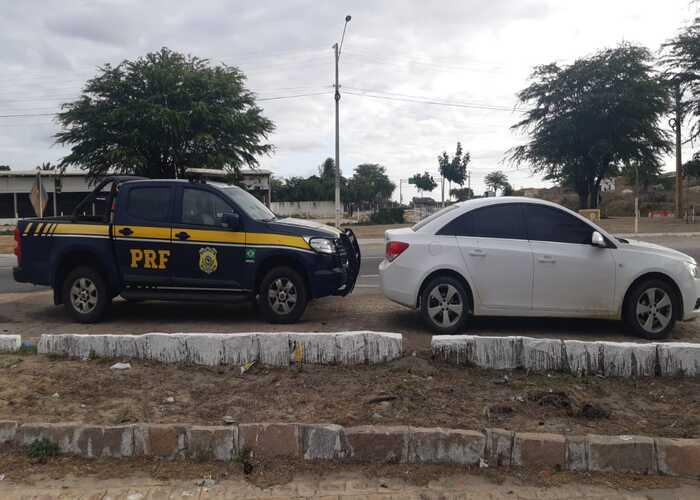 Dupla é detida em Sertânia com carro roubado em Arcoverde